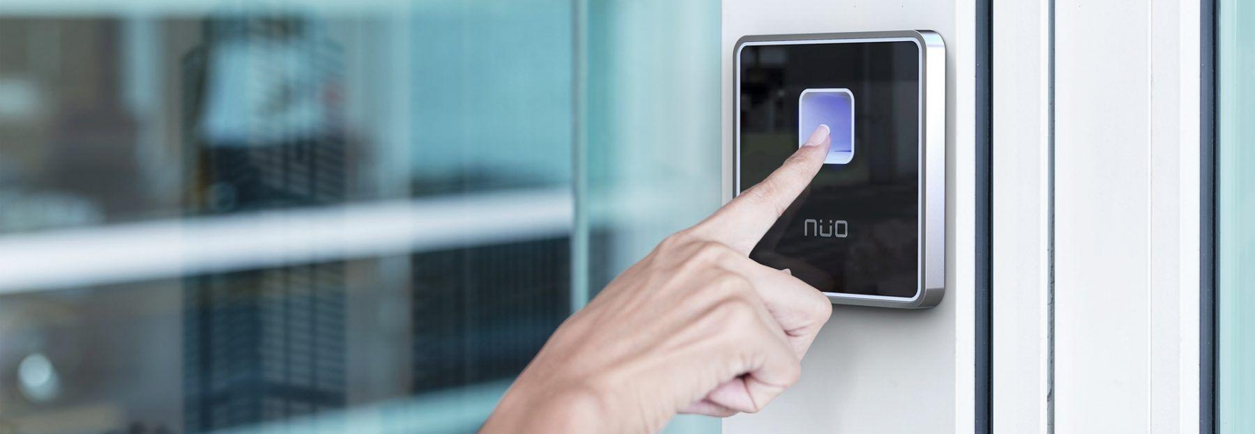 mano colocando dedo sobre lector de huella NÜO Awa, para ingresar a una puerta controlada por un sistema de control de acceso