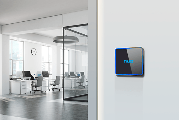 lector NÜO Flux, en una pared blanca para controlar el ingreso a una oficina
